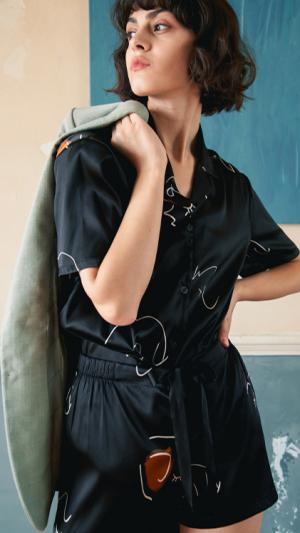 Face Line Art Printed Silk Short Pajamas 2-Piece Set - Black 1