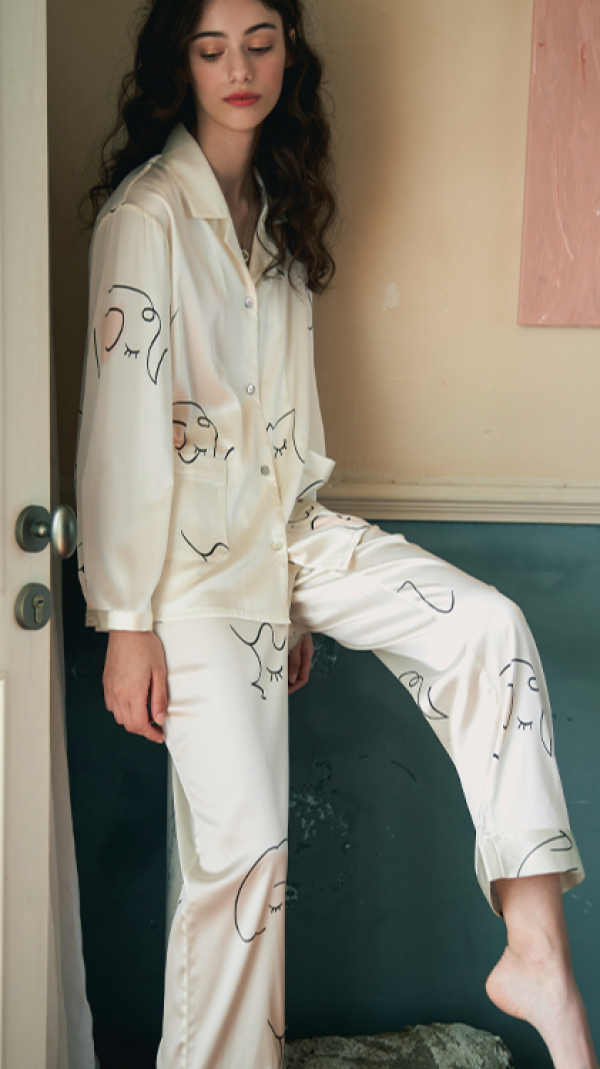 face_line_art_printed_silk_long_pajamas_2_piece_set_white_1