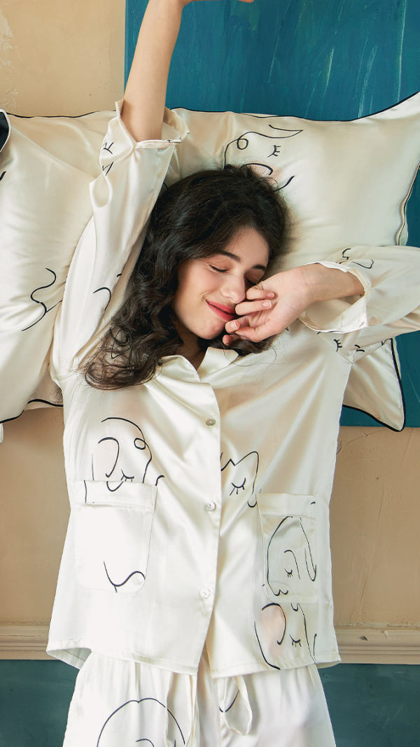 face_line_art_printed_silk_long_pajamas_2_piece_set_white_3