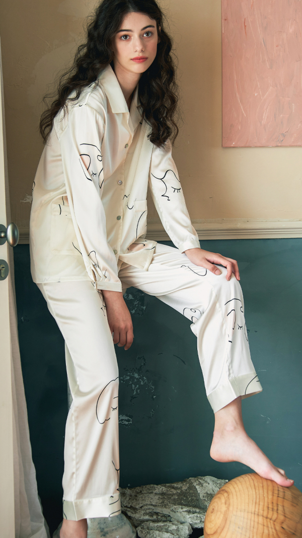 face_line_art_printed_silk_long_pajamas_2_piece_set_white_0